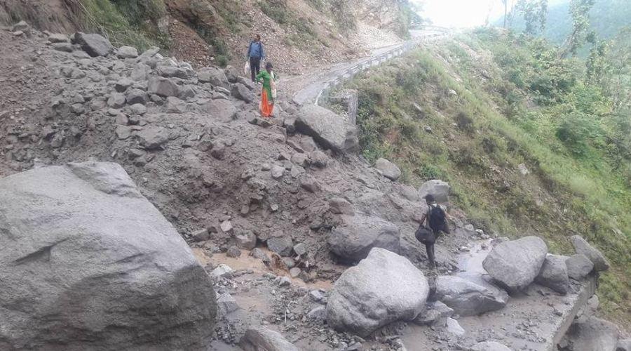 सडक बगाउँदा कर्णाली राजमार्ग अवरुद्ध